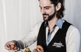 Felix serviert Tapas, Piranha Tapas Bar, Chur